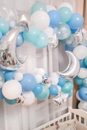 Гирлянда над кроваткой из воздушных шаров