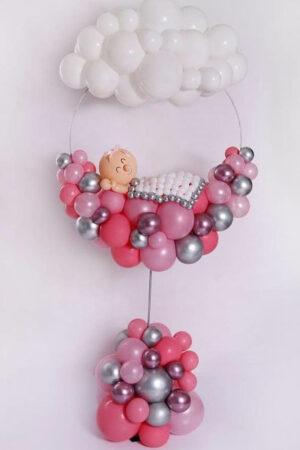 Девочка в круге из воздушных шаров