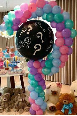 Знак вопроса с шаром и конфетти из воздушных шаров