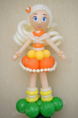 Девочка на полянке из воздушных шаров