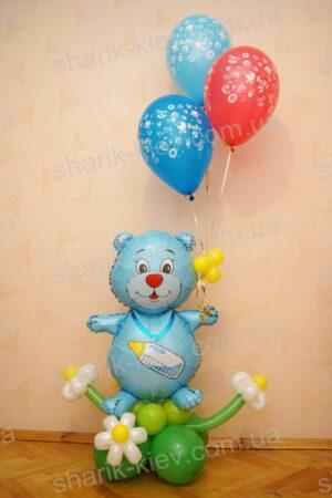 Мишка на полянке из воздушных шаров