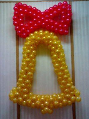 Колокольчик с бантом из воздушных шаров