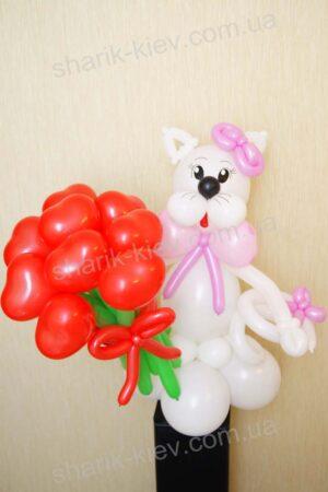 Кошка с сердцами из воздушных шаров
