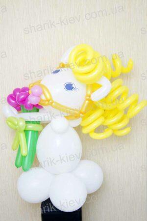 Лошадка Белоснежка из воздушных шаров