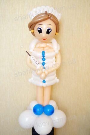 Медсестра со шприцем из воздушных шаров