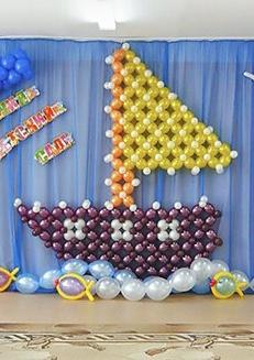 Оформление детского садика Кораблик с рыбками из воздушных шаров