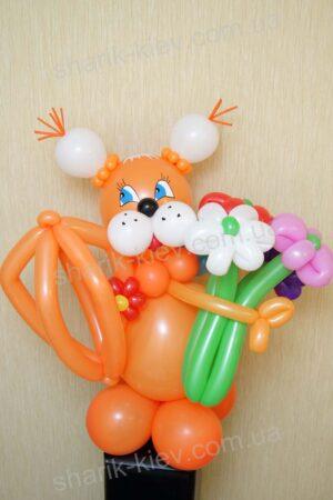 Озорная белочка из воздушных шаров