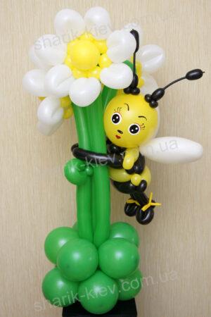 Пчелка на лужайке из воздушных шаров