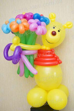 Винни Пух с букетом из воздушных шаров